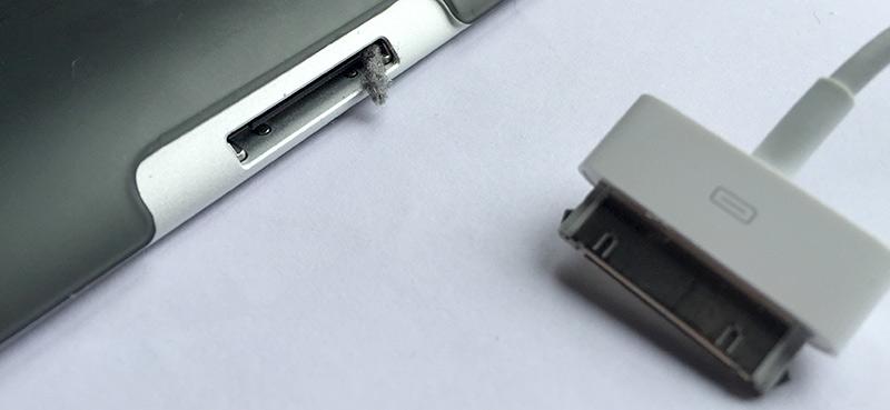 iPhone iPad laddar inte - Damm i laddningsuttaget