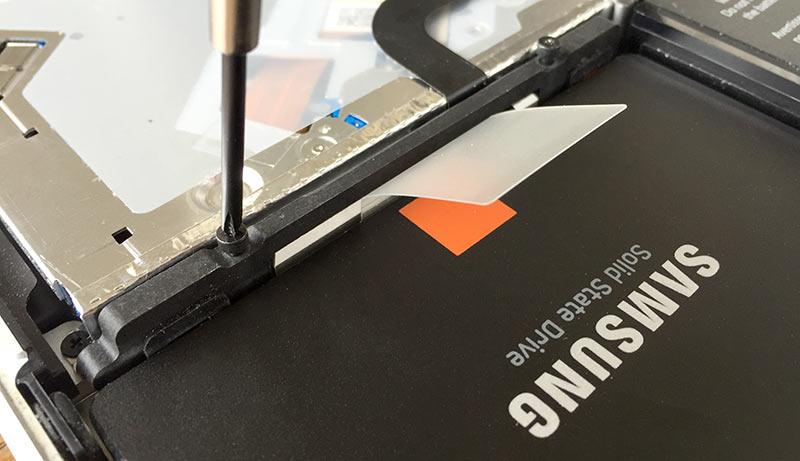 Skruva fast ny SSD - MacBook Pro