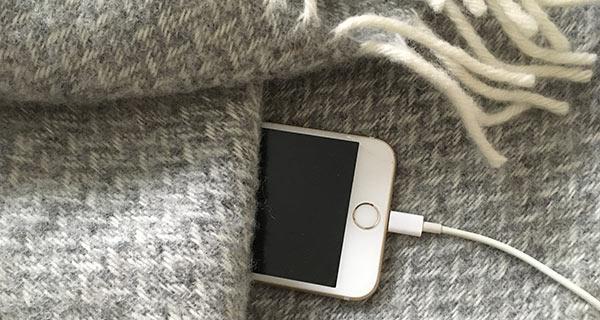 iPhone - Ladda inte telefonen i sängen under täcket